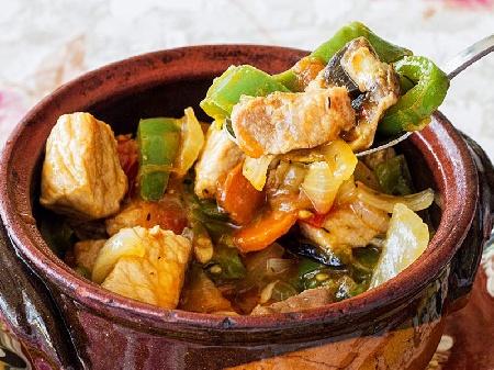 Свинска кавърма с домати, зелени чушки, лук и люти чушки в глинен гювеч или гювечета на фурна - снимка на рецептата